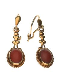 Yellow gold 14 kt earrings, set with a red coral – Weight: 1.36 g