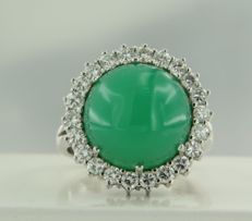 18 kt white gold entourage ring with a central, 11.00 carat round, cabochon cut chrysoprase and 22 brilliant cut diamonds, 1.00 carat, ring size: 16.25 (51)