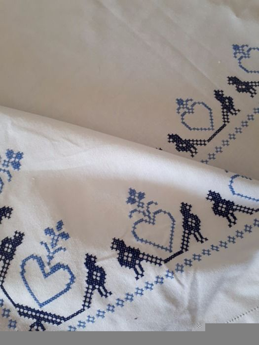 Hand embroidered tablecloth - Italy - 1970s Free shipping