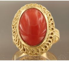 14 kt yellow gold ring set with coral, ring size 17.5 (55)