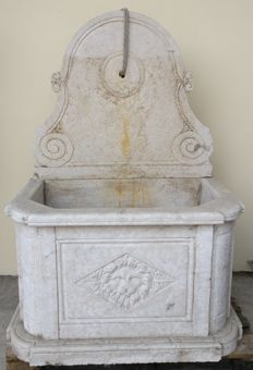 Large sized Botticino marble fountain, entirely hand carved - Italy, Venice - mid 19th century