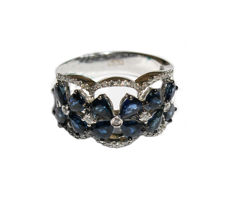 Ring in 18 kt white gold with flowers made of blue sapphires and 0.42 ct diamonds — size 14 (54)