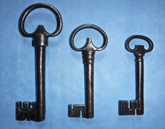 Lot consisting of 3 antique keys from the early 16th and the late 17th-century