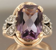 18 kt bi-colour gold ring set with 5.80 ct emerald cut amethyst and 2 old Amsterdam cut and 12 single cut diamonds of approx. 0.37 ct in total, ring size 17.5 (55)