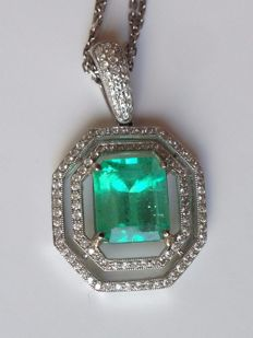 Diamond pendant with a natural columbian cut green emerald and diamonds total 1.1 ct