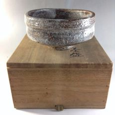 Shino matcha bowl with thick glazing, in original wooden box - Japan - ca. 1946