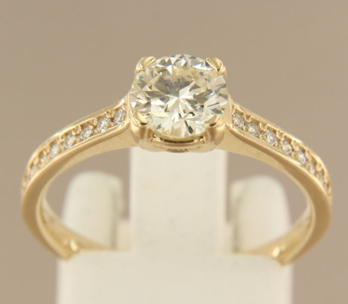 14 kt Yellow gold solitaire ring set with 0.94 ct brilliant cut diamond and 16 brilliant cut diamonds, 0.16 ct, ring size 17.75 (56)