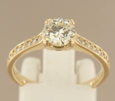 14 kt yellow gold ring with 0.94 ct solitaire diamond and 16 diamonds as side stones, ring size 17.75 (56)