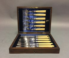 Silver plated fish cutlery for 6 people with silver cuffs, in original wooden case, England, ca. 1900