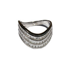 Ring in 18 kt white gold with a wavy shank with a 2.95 ct diamond pavé — size 21/61