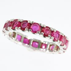 Eternity band with 18 brilliant cut rubies - anno 1960