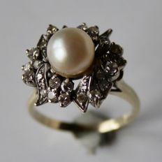 Beautiful exclusive gold ring with salt water AAA pearl and 7,5 mm decorated in high ring heard with old cut diamonds ca. 0,64 Ct . H-VVS. Luxury item.
