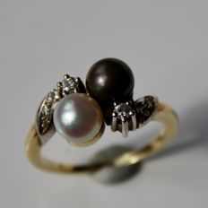 "Gold ring ""Toi & moi"" with two genuine sea/salty Japanese Akoya pearls and diamonds."