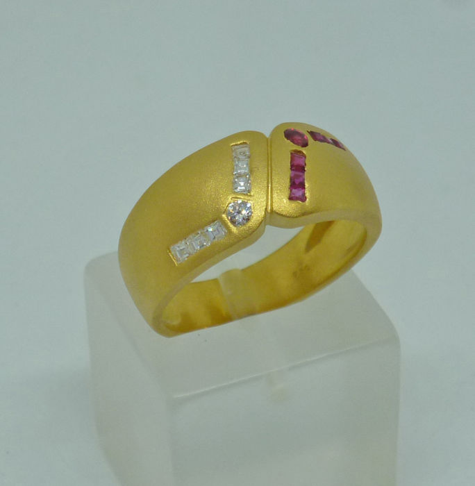 18 yellow gold ladies Ring with diamonds 0,10 ct and rubies, ringsize: 53