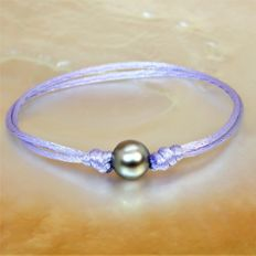 Fashion bracelet in lilac silk - adjustable - with round black Tahiti pearl Ø 9-10 mm.