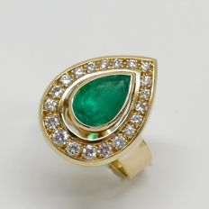 IGI F4J81545: Certified 2.30 crt. Emerald Ring Surrounded by: 0.50 crt. Brilliant cut Diamonds.