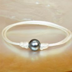 Fashion bracelet in white silk - adjustable - with round black Tahiti pearl Ø 9-10 mm.