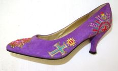 Gianni Versace – Gorgeous court shoes, very rare, in lilac, with beautiful appliqués! No reserve.