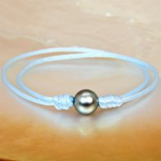 Fashion bracelet in sky-blue silk - adjustable - with round black Tahiti pearl Ø 9-10 mm.