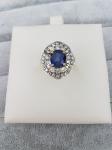 18 kt gold ring with central sapphire and white accent sapphires, from the 1980s – Size 15, diameter 17.5 mm