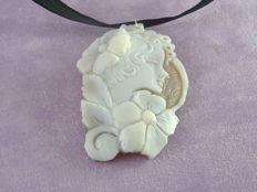 Cameo with 18 kt gold hook made in Torre del Greco, Italy