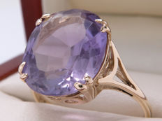 Certified gold ring with a large central amethyst of 7.48 ct – No reserve