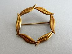Antique gold brooch in the shape of a circle of leafs