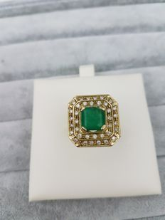 Ring – Yellow gold with emerald and diamonds – Made in Italy – From the 1970s.