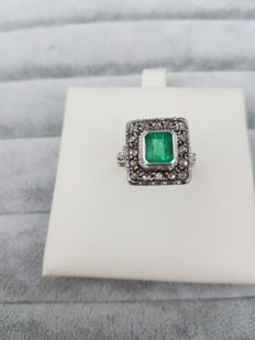 White gold ring from the 1970s with emerald and diamonds. Made in Italy