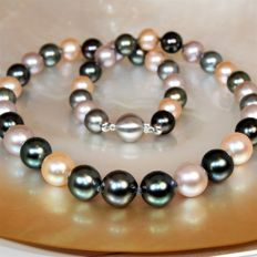 Necklace of perfect round natural multicoloured Tahitian & Freshwater pearls  Ø 8.5 x 11.2 mm.