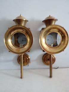 2 Antique carriage lanterns in yellow brass and etched glass.