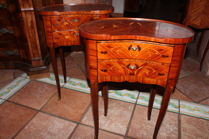 A pair of 2-drawer bedside cabinets in finely inlaid and shaped rosewood - France, 20th century