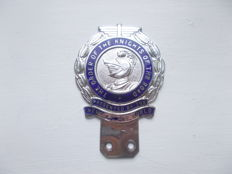 vintage THE ORDER OF THE KNIGHTS OF THE ROAD chrome and enamel car badge 1960s number on the back C495