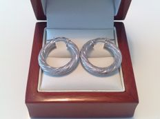 18 kt white gold creole earrings, finely tooled with diamond pattern, length 24.00 mm