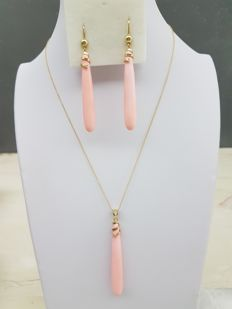Set of necklace and earrings in 18 kt gold, rose coral from Torre del Greco, and 0.09 ct in diamonds