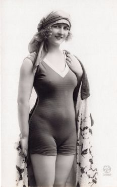 BAIGNEUSES-WOMAN SWIMSUIT- Début. Early 1900 - lot of 52 postcards - WOMEN IN BATHING SUITS First 1900
