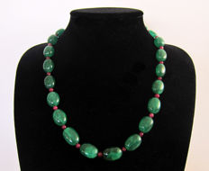 Necklace made from polished emeralds and rubies - gold marked 14 kt - around 450 ct, total length 55.5 cm