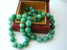 Vintage (1960s) - Necklace with Jade coloured green glass swirled beads and clasp