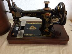 Beautiful old Singer 128K hand sewing machine with case, 1913.