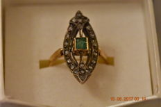 Ladies yellow gold 18 kt ring, set with emerald and diamonds - early 20th century.
