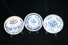 De Porceleyne Fles (Royal Delft) - Ser with three plates with the theme Queen Wilhelmina