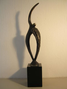 "Ger van Tankeren - signed sculpture on a marble base - ""Helpful"" - 28 cm high"