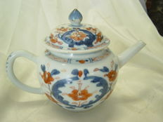 A porcelain Qianlong teapot – China – 18th century