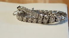 18 kt white gold tennis bracelet with diamonds totalling 8.80 ct. 15 g  – length: 20 cm