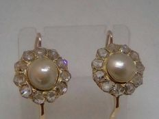 Earrings in gold with 2 ct diamonds and Akoya pearls – 20th Century