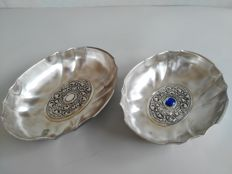 Pair of silver plated bowls with nice decorations, signed Riflessi D'Arte