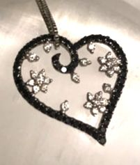 18 kt white gold heart–shaped pendant with white diamonds totalling 0.30 ct – black diamonds totalling 0.30 ct + chain – Length: 42 cm