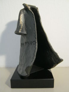 "Corry Ammerlaan van Niekerk - signed sculpture on marble base - ""Warme Zorg"" - 1.1 kg"