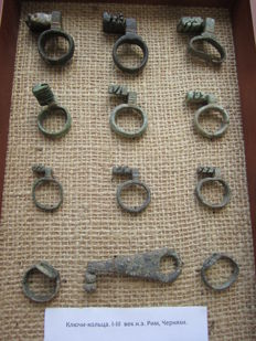 Collection of Roman keyrings 16 mm to 52 mm (12)