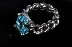 Chain ring – 18 kt white gold with blue topaz – Size 11-12, free resizing.